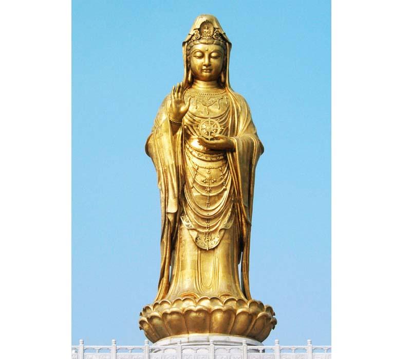 普陀山南海观音像说是普陀山的标志性建筑之一,它位于浙江省舟山市。 这尊圣像由河南洛阳铜加工厂承建。总高33米,其中铜像高18米,台基高13米,莲花座为2米,所用的材料是仿金铜,由96块铜壁板组成,佛面所用黄金6500克。总重量达70多吨。基本采用飘海观音形像,体貌端庄慈祥。 1997年10月30日完成了开光仪式,有来自海内外总计5200多名僧参与。 开光仪式从上午8时正开始,妙善大和尚首先讲话,他说,这尊铜像将成为南海佛国史上空前的建设创举和杰出标帜,成为党的宗教信仰自由政策和新时期佛教事业崭新面貌的有