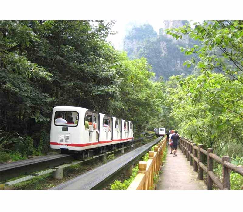 十里画廊观光小火车是张家界十里画廊风景区的电瓶交通车,